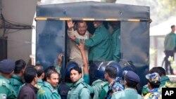 A.T.M. Azharul Islam, asisten sekretaris jenderal partai Jamaat-e-Islami, melambaikan tangannya memasuki mobil polisi setelah mengikuti sidang pengadilan yang menjatuhkan vonis hukuman mati untuknya di Dhaka, Bangladesh, 30/12/2014.