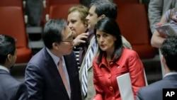 Đại sứ Hàn quốc Cho Tae-yul tham khảo ý kiến với Đại sứ Mỹ Nikki Haley sau phiên họp của Hội Đồng Bảo an về việc Bắc Triều Tiên thử nghiệm phi đạn (ảnh ngày 5/7/2017)