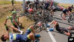 Des dizaines de cyclistes, à terre, après une chute terrible au cours de la troisième étape de la course cycliste du Tour de France sur 159,5 kilomètres (99,1 milles), partie d'Anvers avec pour point d'arrivée à Huy, en Belgique, le lundi 6 Juillet, 2015.