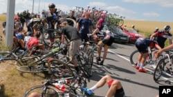 Des dizaines de cyclistes, à terre, après une chute terrible au cours de la troisième étape de la course cycliste du Tour de France sur 159,5 kilomètres (99,1 milles), partie d'Anvers avec pour point d'arrivée à Huy, en Belgique, le lundi 6 Juillet, 2015. (Photo d'illustration)