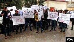 Yazıçı Əkrəm Əylislinin evinin qarşısında aksiya