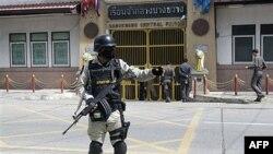 Nhân viên an ninh Thái Lan canh gác trước nhà tù Bangkwan ở tỉnh Nonthburi trước khi dẫn độ nghi can buôn lậu vũ khí người Nga Viktor Bout sang Hoa Kỳ, ngày 16 Tháng 11, 2010