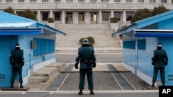 南北韓士兵在兩國軍事分界線板門店分別站崗守衛 (資料照片)