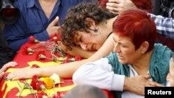 Des membres de la famille de Korkmaz Tedik, une victime de l'attentat, lors des funérailles à Ankara, Turquie, le 11 octobre 2015.