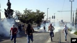 درگیری معترضان فلسطینی با نیروهای امنیتی اسرائیل در جریان مراسم تشییع جنازه محمد ابوخضیر، نوجوان ۱۶ ساله فلسطینی - ۱۳ تیر ۱۳۹۳