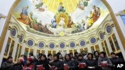 山西天主教徒參加彌撒的情形(2010年12月24日資料照片)
