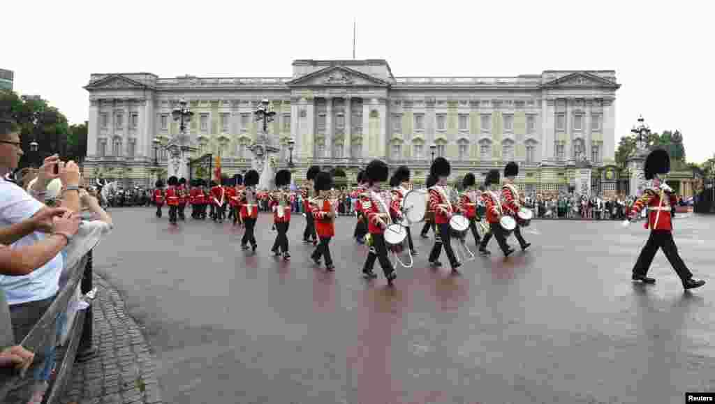 El cambio de la guardia real frente al Palacio de Buckingham al día siguiente del nacimiento del príncipe de Cambridge.