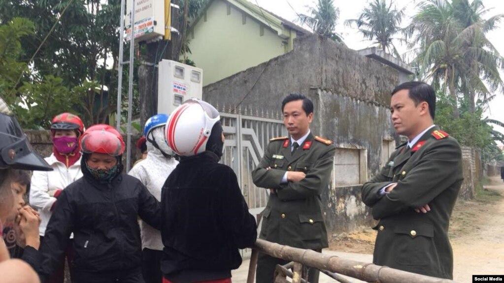 Chính quyền địa phương yêu cầu giáo dân tháo dỡ hang đá Giáng sinh tại giáo xứ Đông Kiều, Nghệ An. (Ảnh: Facebook Thanh niên Công giáo)