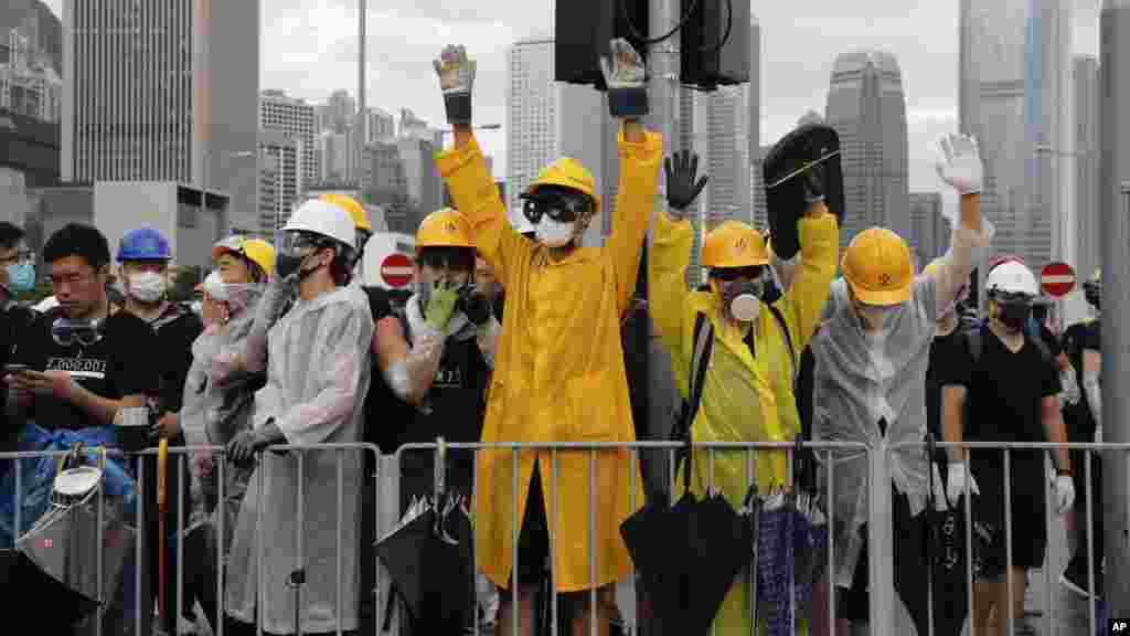 香港示威者設立路障試圖阻止慶祝回歸活動的舉行。