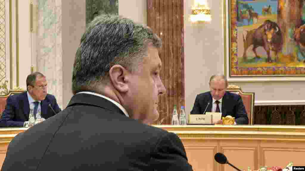 Ukraine's President Petro Poroshenko (front), Russia's President Vladimir Putin (R) and Foreign Minister Sergei Lavrov attend a meeting with high-ranked officials representing Russia, Belarus, Kazakhstan, Ukraine and the European Union in Minsk, Aug.26, 2