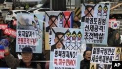 Người Hàn Quốc biểu tình phản đối kế hoạch phóng hỏa tiễn của Triều Tiên tại Seoul, ngày 6/12/2012.