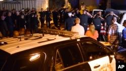 Les policiers rendent hommage à deux de leurs camarades tués dans une fusillade à Palm Springs, en Californie, 8 octobre 2016.