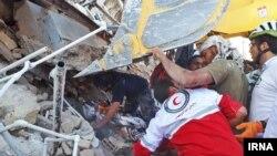 مردم محلی و گروه های امدادی در شهر سرپل ذهاب در حال کمک به افراد زیر آوار مانده، هستند.
