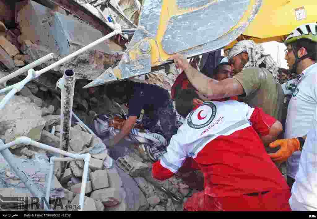 Les secouristes opèrent dans les décombres dans l'ouest de l'Iran, le 13 novembre 2017.