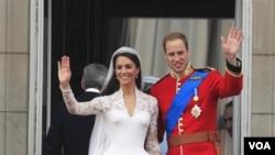 Pangeran William dan isterinya Catherine 'Duchess of Cambridge' melambai dari balkon Istana Buckingham setelah melakukan upacara pernikahan di Westminster Abbey di London (29/4).