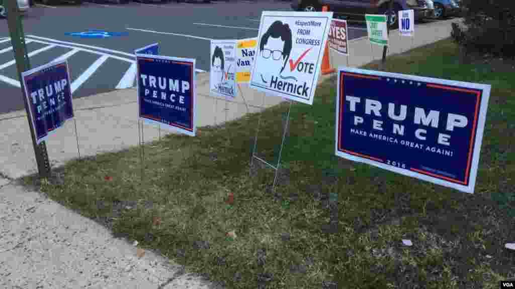 Plusieurs panneaux de campagne sont visibles à Arlington, Virginie, le 8 novembre 2016 (VOA/Nicolas Pinault)