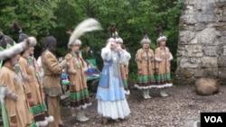 俄羅斯雅庫特地區。穿戴民族服裝的雅庫特民眾表演傳統歌舞(美國之音白樺)