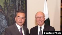 Menlu China Wang Yi bertemu dengan Penasihat Kebijakan Luar Negeri Menlu Pakistan Sartaja Aziz di Islamabad, 24 Juni 2017. (Photo courtesy: Pakistan Foreign Ministry)
