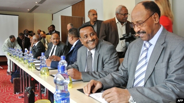 Sudan's Defense Minister Abdelrahim Mohamed Hussein (R) sits next to the Sudan's Interior Minister Ibrahim Mahmud Ahmad at the opening of border security talks between Sudan and South Sudan in Addis Ababa on June 4, 2012.