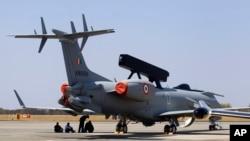 在班加罗尔印度航空展上,一架巴西航空工业公司生产的EMB-145I飞机上安装了首部印度国产的机载雷达系统。(2015年2月17日)