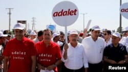 "Turkey's main opposition Republican People's Party (CHP) leader Kemal Kilicdaroglu (C) walks with supporters during a protest dubbed ""justice march"" June 28, 2017. (REUTERS/Umit Bektas)"