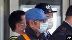 카를로스 곤 전 닛산 자동차 회장으로 추정되는 인물이 6일 일본 도쿄의 구치소에서 석방됐다.
