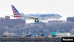 နယူးေရာက္ၿမိဳ႕ LaGuardia ေလဆိပ္ကို ဆင္းသက္ေတာ့မယ့္ American Airlines ေလေၾကာင္းကုမၸဏီရဲ႕ ဘိုရင္း 737 Max ေလယာဥ္ (မတ္လ ၁၂၊ ၂၀၁၉)
