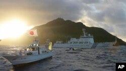 Tàu hải giám số 51 của Trung Quốc số 51 chạy ngang tàu tuần của Nhật Bản gần đảo Uotsuri, một trong những hòn đảo đang trong vòng tranh chấp giữa Nhật Bản và Trung Quốc tại biển Hoa Ðông.