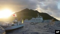 中國海監船7月1日(中)在釣魚島(日本稱尖閣列島)附近海域駛近日本海警船(左、右)以及日本漁船(前左二)。(路透社/共同社圖片)