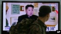 Seul'de kuzey Kore lideri Kim'in televizyon konuşmasını izleyen Güney Koreli bir asker