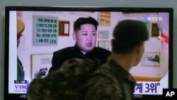 Gia đình họ Kim đã thống trị Bắc Triều Tiên kể từ khi lập quốc vào năm 1945. Kim Jong Un lên kế nhiệm cha và ông nội, và công khai được tôn thờ.