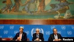 El secretario de Estado, John Kerry, izquierda, es saludado por el enviado de la ONU para Siria, Lakhdar Brahimi, mientras observa el ministro ruso Sergei Lavrov.