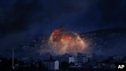 美國領導聯軍10月20日在科巴尼進行空襲後,升起濃煙。