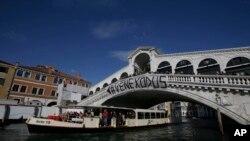 "Para pemrotes memasang spanduk bertuliskan""#Venexodus"" di jembatan Rialto, Venesia, Italia, 12 November 2016 (AP Photo/Luca Bruno)."