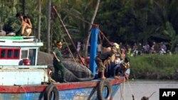 Nhân viên cứu hộ tìm kiếm hành khách từ chiếc tàu du lịch bị chìm ở sông Sài Gòn, tỉnh Bình Dương, Việt Nam, ngày 21/5/2011