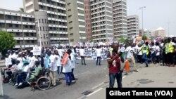 Des centaines de personnes manifestent pour se présenter à tous les postes électifs à Abuja, Nigeria, 14 mars 2018. (VOA/ Gilbert Tamba)