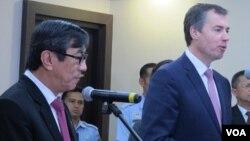 Menteri Kehakiman Australia Michael Keenan (kanan) bertemu Menkumham Yasona Laoly untuk membicarakan isu terorisme dan penanganan imigran gelap, Selasa 9/8 di Jakarta (VOA/Fathiyah Wardah).