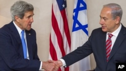 US Secretary of State John Kerry (L) and Israeli Prime Minister Benjamin Netanyahu shake hands before holding talks in Jerusalem, Apr. 9, 2013.