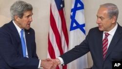美国国务卿克里(左)2013年4月9日在耶路撒冷和以色列总理内塔尼亚胡举行会谈之前,握手。