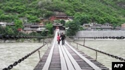 泸定桥是架于湍流之上的铁索桥