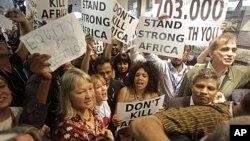 示威者在會議會場外抗議。