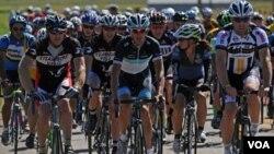 Andy Schleck, dari Luxembourg,(depan-tengah) bersepeda di Steamboat Springs, Colorado bulan Agustus silam (foto:dok).