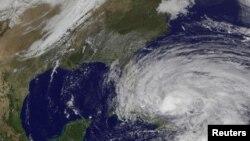 """衛星圖片顯示颶風""""桑迪""""10月25日在巴哈馬移動"""