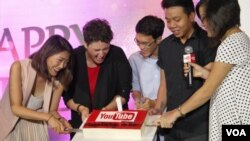 Google officials and partners cut into a birthday cake marking YouTube's first year with a Vietnamese version. (Lien Hoang/VOA News)