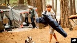 Beberapa pengunjung berkemah di taman nasional Yosemite (foto: ilustrasi).