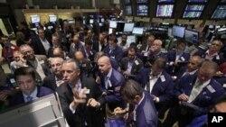 지난 8월 미국 정부가 AIG 주식 처분을 발표한 후, 뉴욕 시 증권 시장. (자료사진)