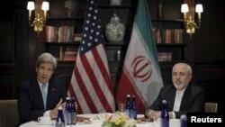 Le secrétaire d'État John Kerry a rencontré le ministre des Affaires étrangères iranien Mohammad Javad Zarif à New York le 22 avril 2016.