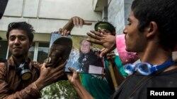 Người ủng hộ Giáo sĩ Tahir ul-Qadri và lãnh đạo đảng Tehreek Awami (PAT) dùng dép đập vào hình Thủ tướng Pakistan Nawaz Sharif trước đài truyền hình PTV, ngày 1/9/2014.
