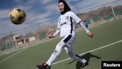 Une footaballeuse afghane au complexe sportif Golab Trust, à Kaboul, Afghanistan, le 10 mars 2014.