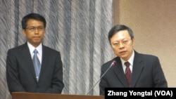 台湾陆委会主委王郁琦(右一)在立法院接受质询 (美国之音张永泰拍摄)
